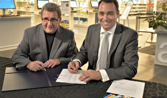 Le maire de Québec, Régis Labeaume, et le bourgmestre de la Ville de Namur, Maxime Prévot, ont officialisé  le don de 250 albums de classiques belges.