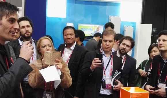 Une foule très intéressée par l'innovation de DDS
