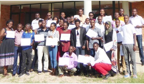 Les participants devant l'Ecole Nationale en Kinésithérapie et Réadaptation (c) Apefe