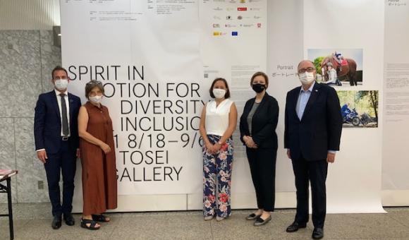 Madame l'Ambassadeur de Belgique (au centre) et les membres de EUNIC Japon