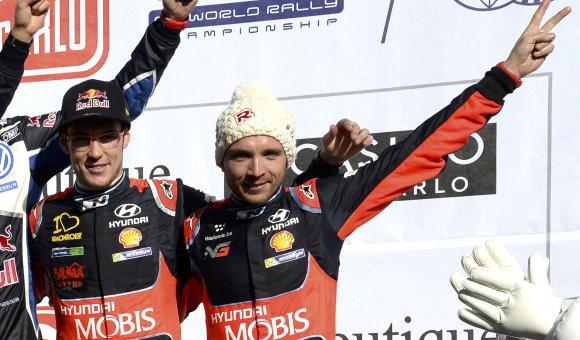 Thierry Neuville et Nicolas Gilsoul sur le podium du Rallye automobile Monte-Carlo.