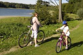 Promenade cycliste sur les bords du Lac de l'Eau d'Heure (c) WBT JL Flemal